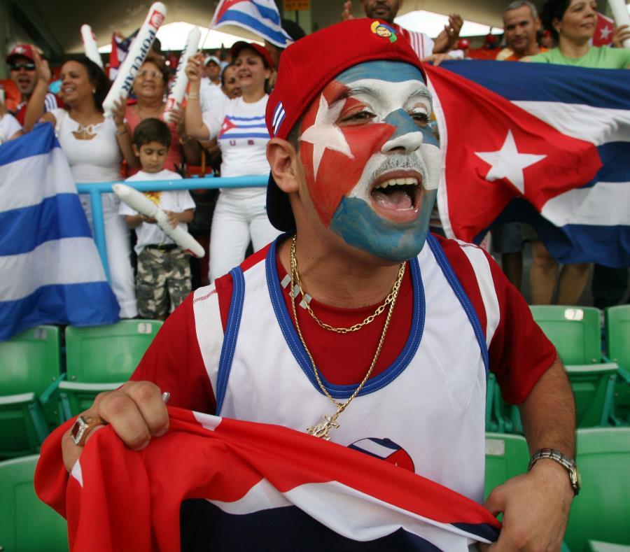 Fanáticos cubanos durante un partido de béisbol. (semisquare-x3)