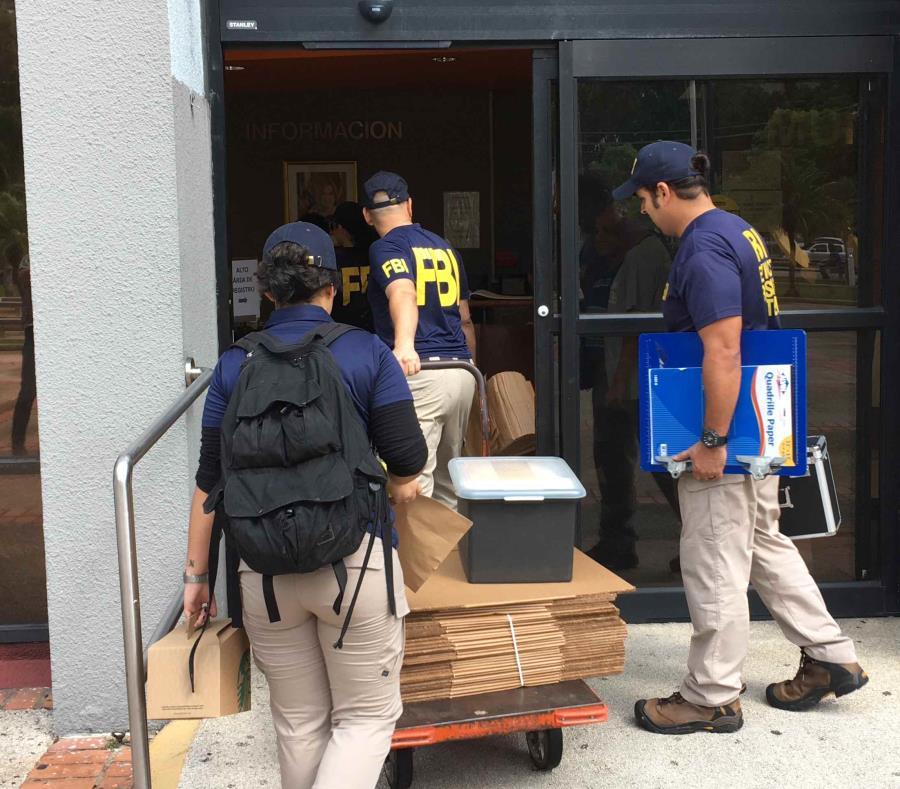 Agentes del Negociado Federal de Investigaciones (FBI, en inglés) llegan a la Torre Municipal de San Juan. (semisquare-x3)