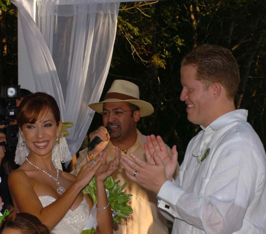 La pareja en la primera boda que celebraron. (GFR Media) (semisquare-x3)