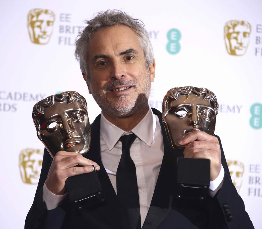 El director mexicano Alfonso Cuarón posa tras ganar los premios BAFTA a la mejor película y mejor director, por