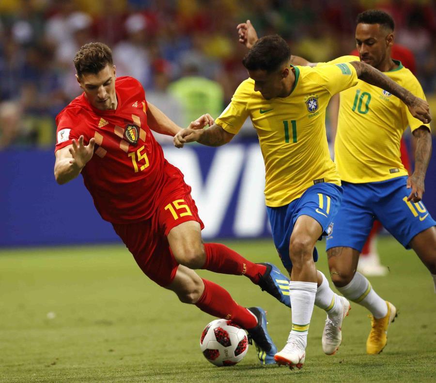 El belga Thomas Meunier es desafiado por el brasileño Philippe Coutinho y el brasileño Neymar, desde la izquierda, durante el partido de cuartos de final entre Brasil y Bélgica. (AP) (semisquare-x3)