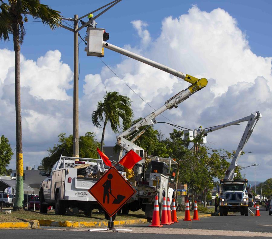 Personal técnico de la Autoridad de Energía Eléctrica labora en restablecer el servicio eléctrico, informó la corporación pública. (semisquare-x3)