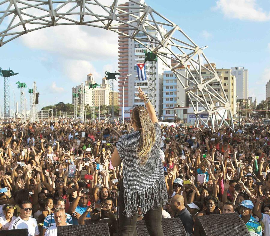 La cantante Olga Tañón durante su concierto gratuito en Cuba en 2015 (semisquare-x3)