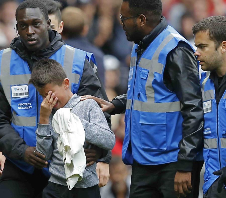 Un niño llora tras recibir la camiseta de Neymar. (AP) (semisquare-x3)