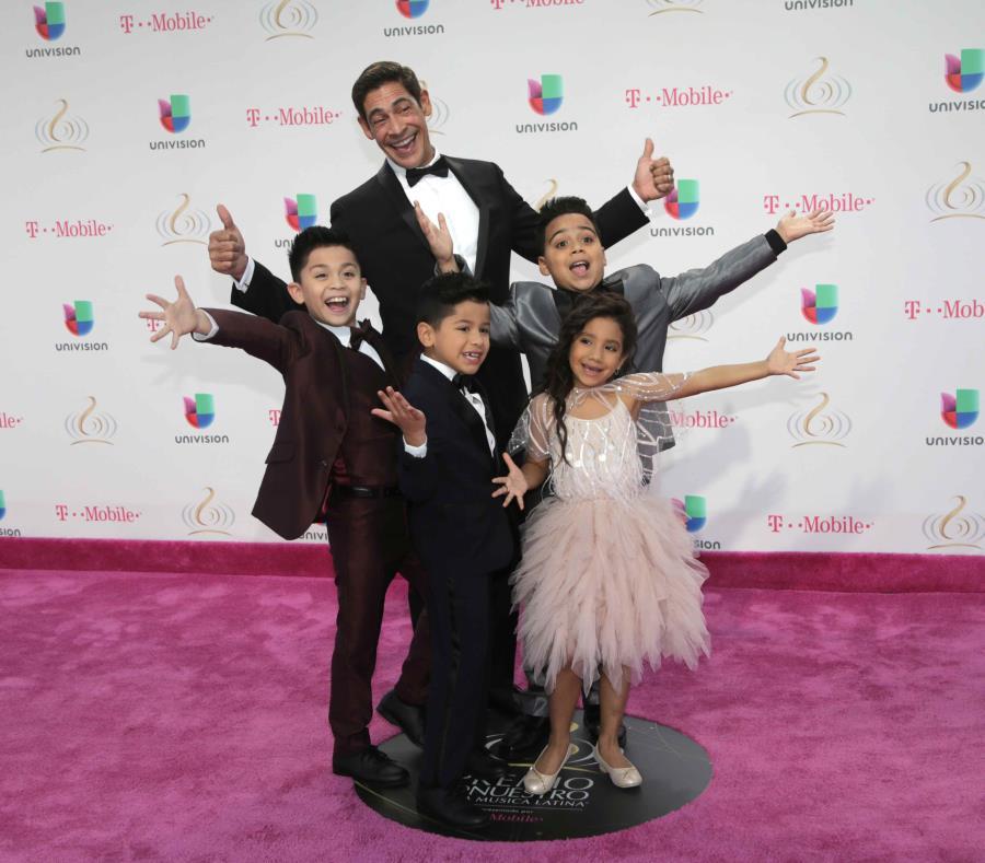 Johnny Lozada posa con Los Peque Flow en la alfombra roja de los Premios Lo Nuestro en Miami. (semisquare-x3)