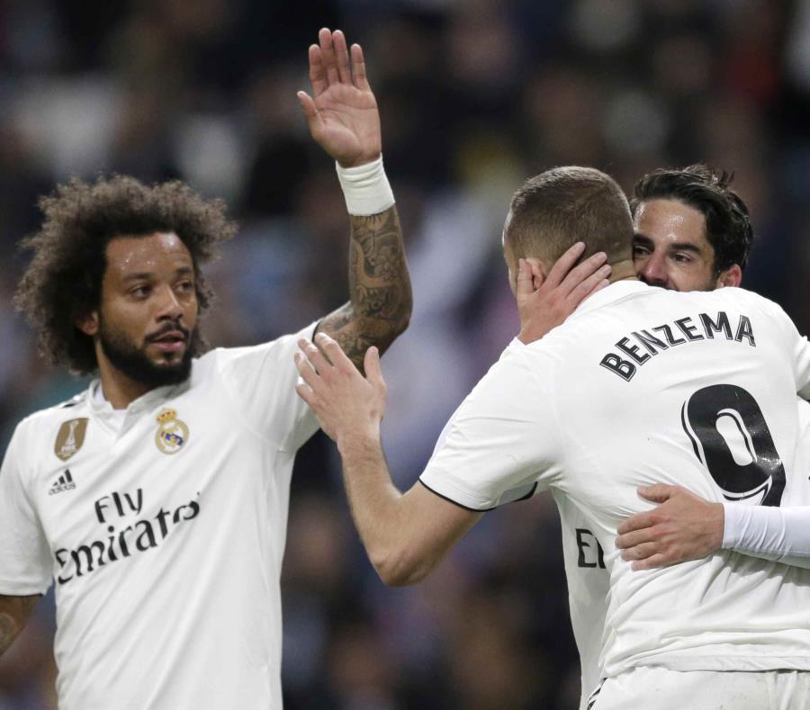 Los jugadores Isco (derecha), Karim Benzema y Marcelo (izquierda) celebran tras anotar un gol para su equipo durante el partido de la Liga española. (AP/Bernat Armangue) (semisquare-x3)