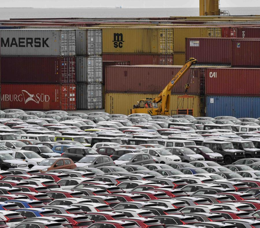 La Comisión Europea calcula que un arancel del 25 por ciento sobre la importación de vehículos añadiría unos $11,200 dólares al precio de los carros europeos en Estados Unidos. (AP) (semisquare-x3)