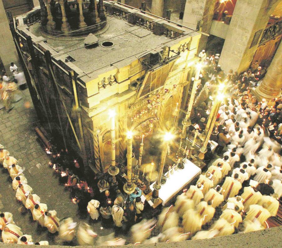 Sacerdotes con velas, caminan en círculo alrededor de la Tumba de Jesucristo en la Básilica del Santo Sepulcro en Jerusalén. (EFE) (semisquare-x3)