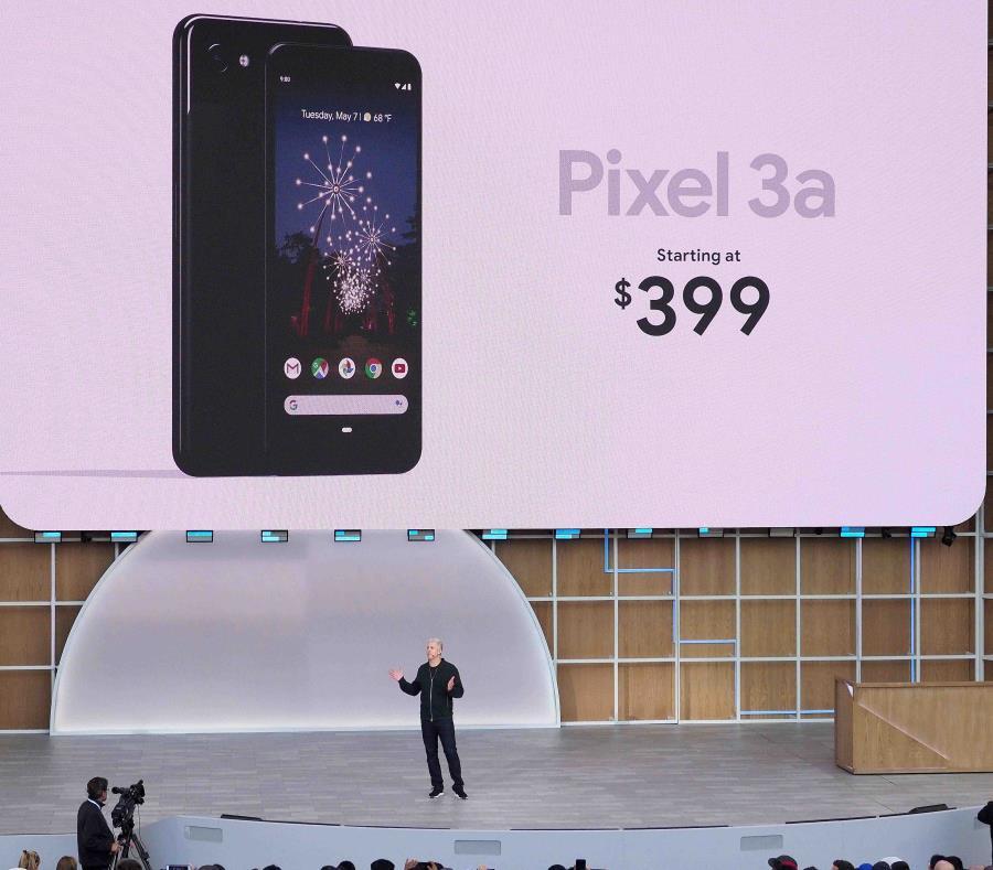 El vicepresidente de dispositivos y servicios de Google, Rick Osterloh, habla durante la presentación de los nuevos teléfonos Pixel en la Google I/O, en California (semisquare-x3)