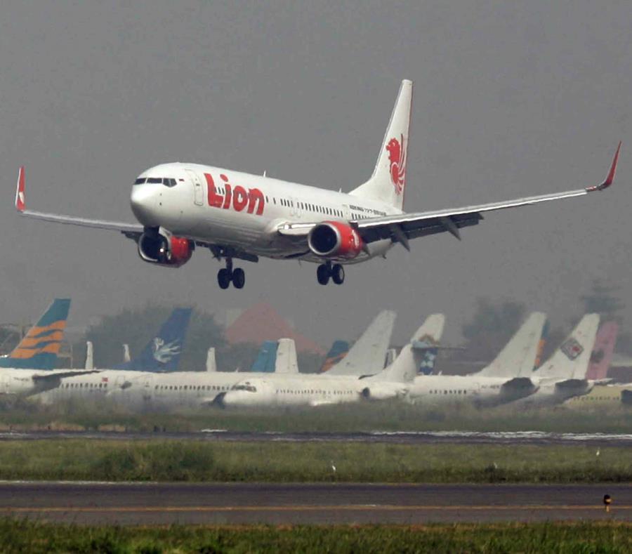 (Video) Comienza recuperación de cuerpos de avión indonesio accidentado