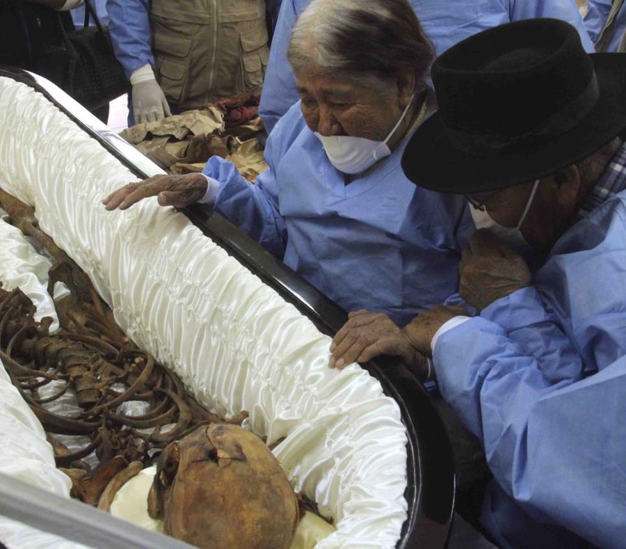 En esta imagen del 22 de agosto, Máximo Cueto, de 86 años, y su esposa Greforia Gastelú, de 88, observan los restos de su hijo Cesáreo Gastelú. (AP) (semisquare-x3)