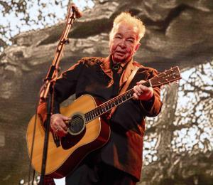 Cantante y compositor country John Prine mejora tras crisis por COVID-19