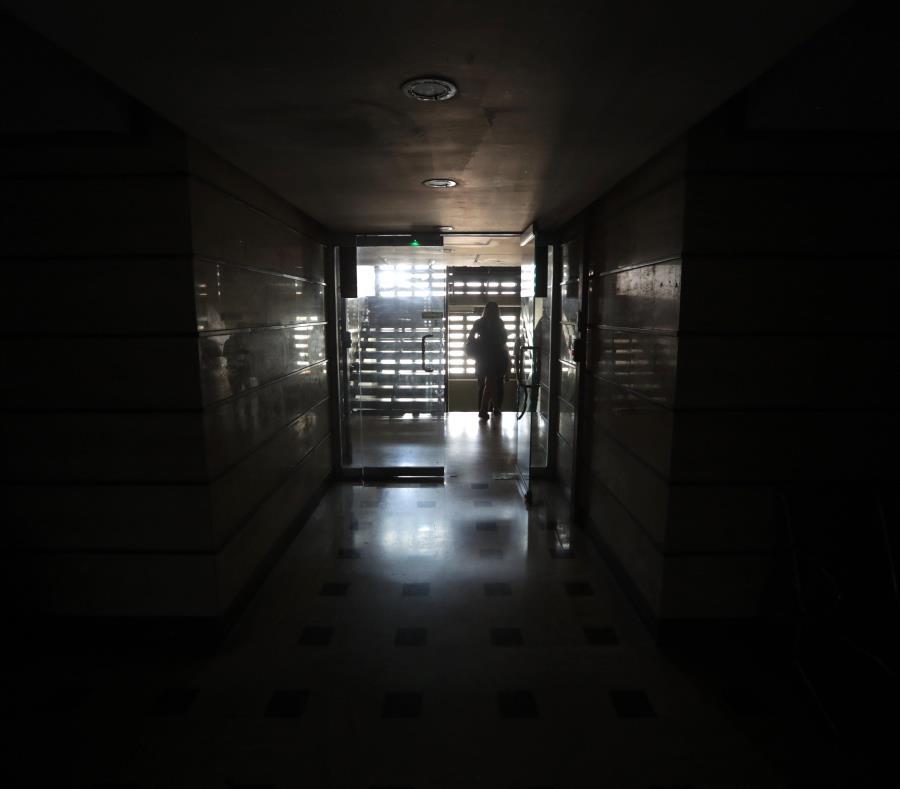 pasillo en medio de la oscuridad al interior del edificio de la Asamblea Nacional este lunes en Caracas (Venezuela) (semisquare-x3)