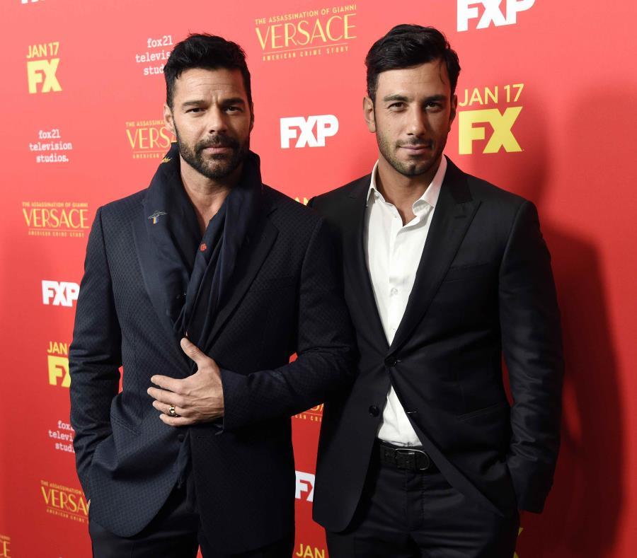 Ricky Martin (izq.) anunció que intercambió votos con su ahora esposo Jwan Yosef (der.) (Chris Pizzello / Invision / vía AP) (semisquare-x3)