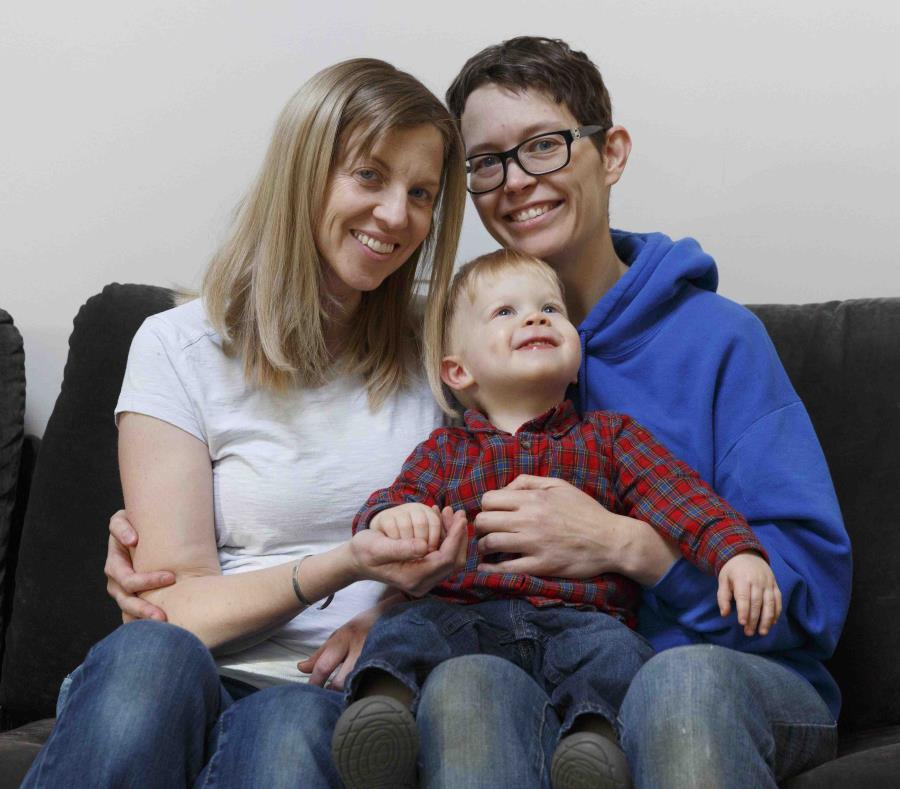 Anna Ford (izquierda) y Sara Watson posan con el pequeño Eli en Saunderstown, Rhode Island. (AP) (semisquare-x3)