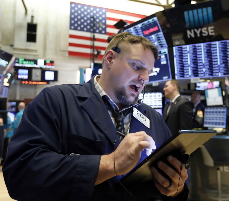 El corredor Michael Milano trabaja en el piso de la Bolsa de Valores de Nueva York. (AP/Richard Drew) (semisquare-x3)