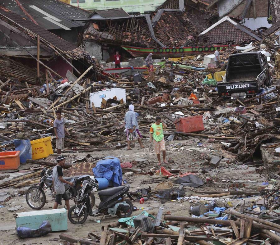 Personas evalúan el daño en la localidad de Sumur, Indonesia, el martes 25 de diciembre de 2018, luego de que un tsunami arrasó con la localidad. (AP Foto/Tatan Syuflana (semisquare-x3)