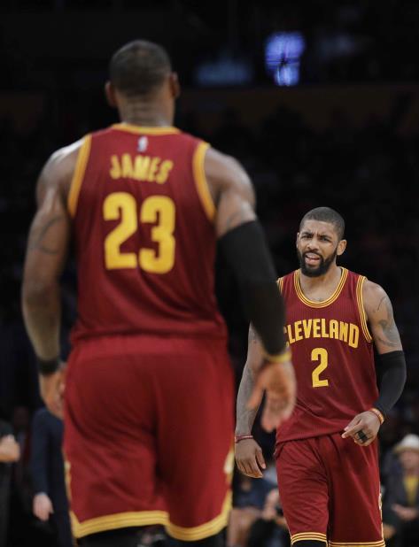 Kyrie Irving, de los Cavaliers de Cleveland, festeja delante de su compañero LeBron James (vertical-x1)