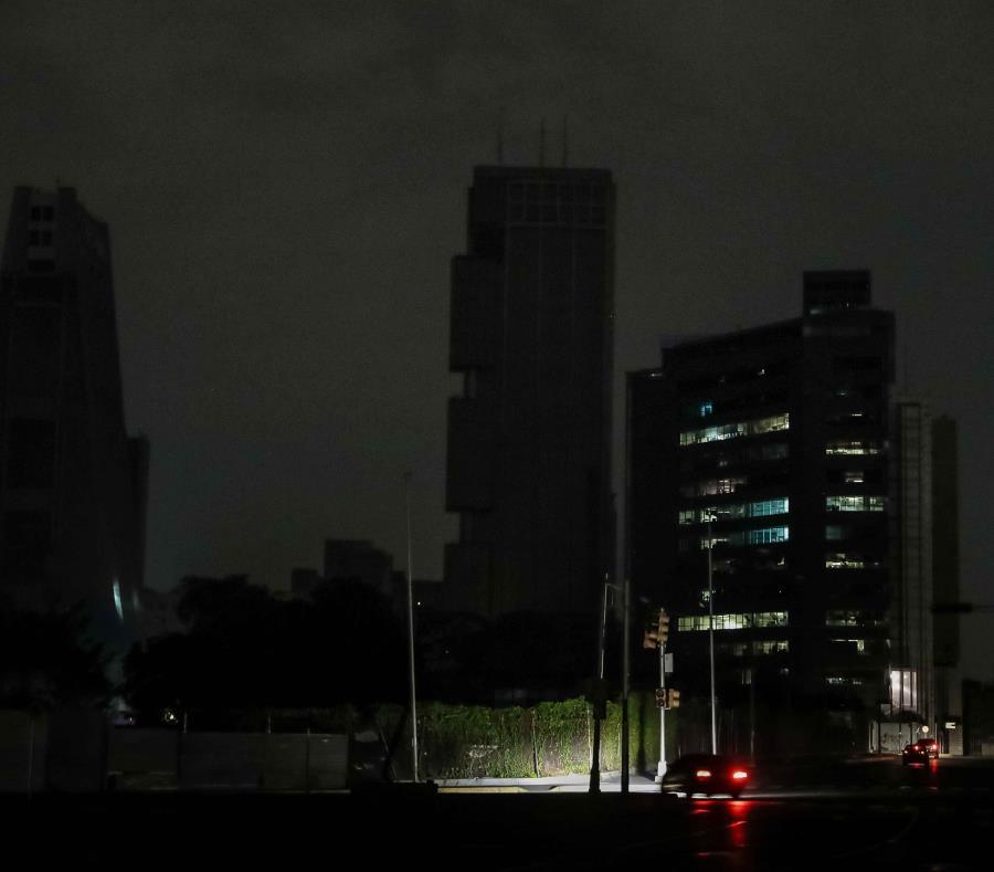 Los apagones dejaron a oscuras durante varias horas a 21 de los 23 estados de Venezuela. (EFE) (semisquare-x3)
