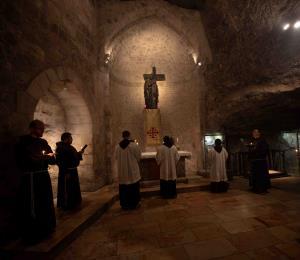 Reabre con restricciones el Santo Sepulcro de Jerusalén