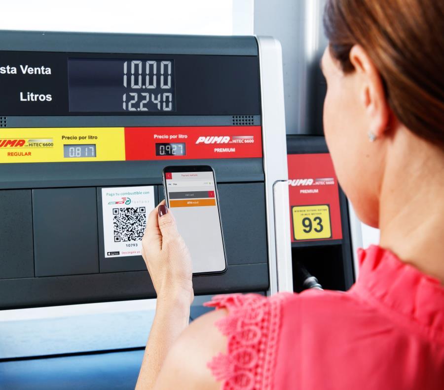 Una mujer realiza el proceso para pagar por ATH Móvil en una estación de gasolina de Puma Energy. (Suministrada) (semisquare-x3)