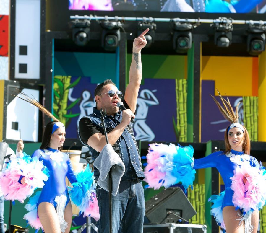 El cantante Manny Manuel durante su presentación en Gran Canaria (semisquare-x3)
