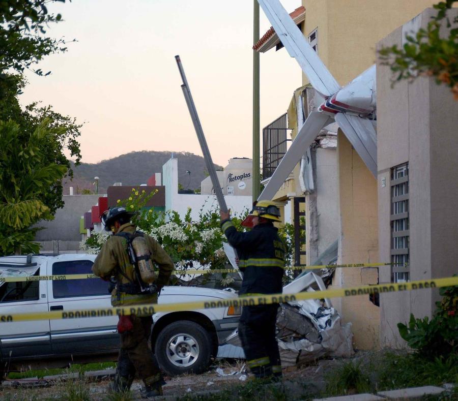 Avioneta con cuatro tripulantes se desploma sobre casa en Culiacán