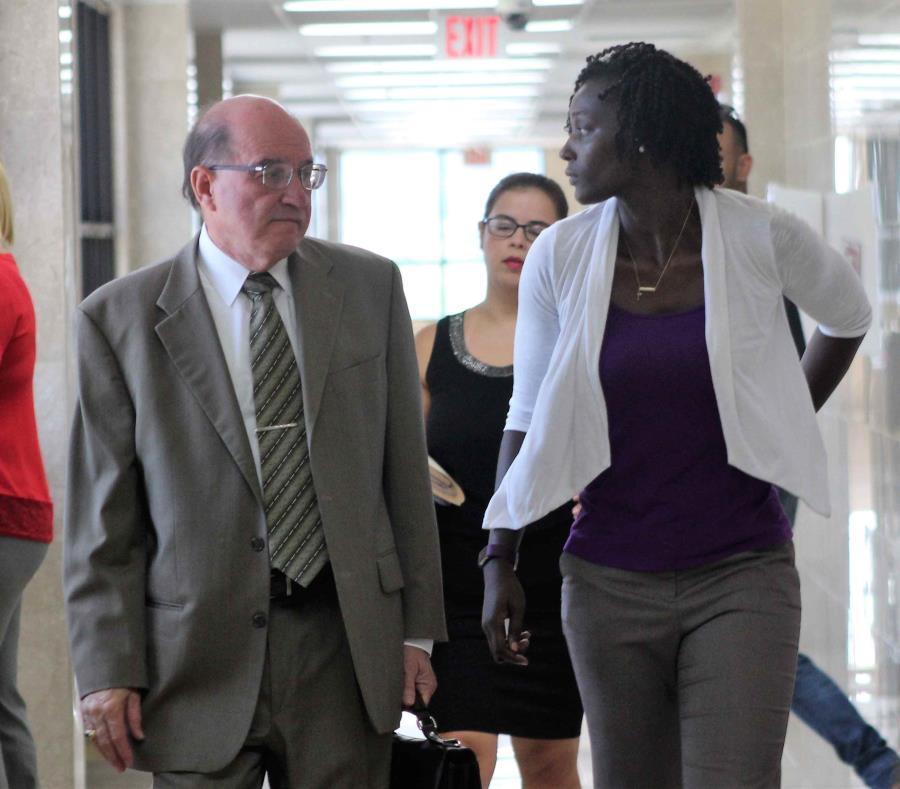 La voleibolista olímpica Kim Willoughby (izq.) conversa con su abogado, Harry Padilla. (semisquare-x3)