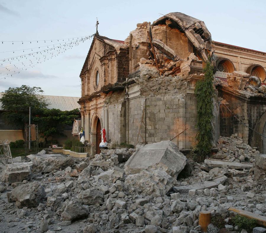 La iglesia de Santa Catalina se ve tras un sismo de magnitud 6.1 que también causó el derrumbe de un edificio comercial en la localidad de Porac, en la provincia de Pampanga, al norte de Manila, Filipinas (semisquare-x3)