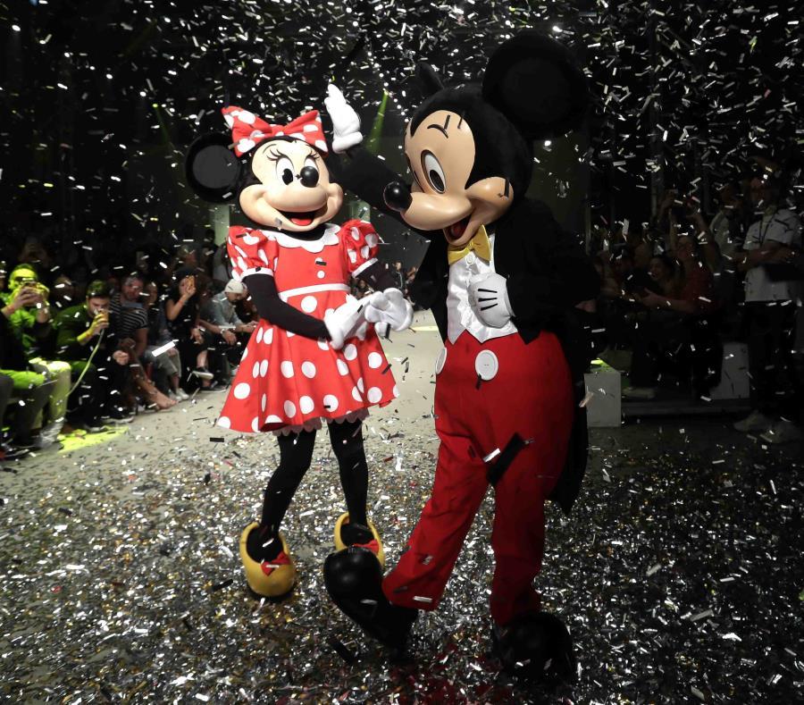 Los personajes de Disney Mickey y Minnie Mouse hacen una presentación al final del desfile de la firma Água de Coco durante la Semana de la Moda de Sao Paulo. (semisquare-x3)