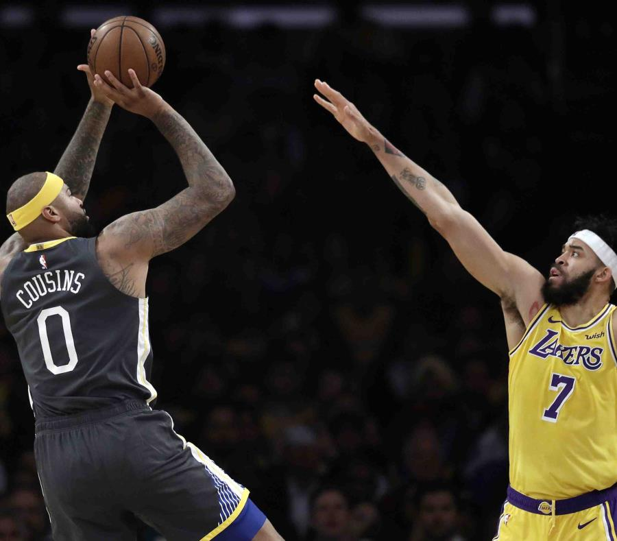 DeMarcus Cousins, de los Warriors de Golden State, dispara frente a JaVale McGee, de los Lakers de Los Ángeles. (semisquare-x3)