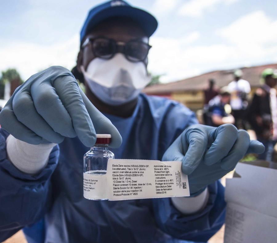 Un trabajador de la Organización Mundial de la Salud sostiene una vacuna mientras se prepara para administrarla durante el lanzamiento de una vacuna experimental contra el ébola en Mbandaka, noroeste de la República Democrática del Congo, en 2018. (EFE) (semisquare-x3)