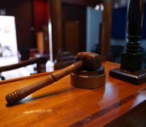 Repautan vista de sentencia de expolicía por el asesinato de un joven
