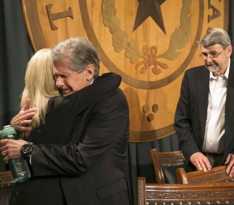 Kent Whitaker, padre de Thomas 'Bart' Whitarker, abraza a su esposa Keith Hampton después es conocer la clemencia que recibió su hijo convicto. (AP) (semisquare-x3)