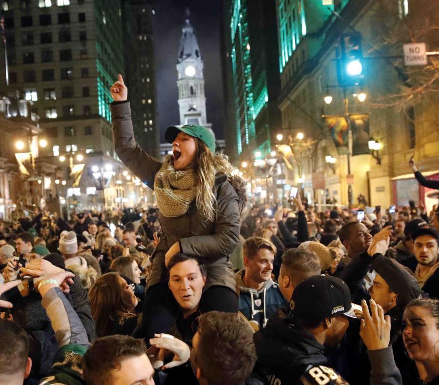 Fanáticos de los Eagles festejaron en grande en las calles de Filadelfia la noche del domingo después del Super Bowl. (AP) (semisquare-x3)