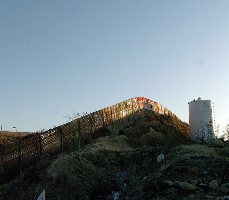 Una valla fronteriza con México en la localidad de santa Teresa, Nuevo México. (semisquare-x3)