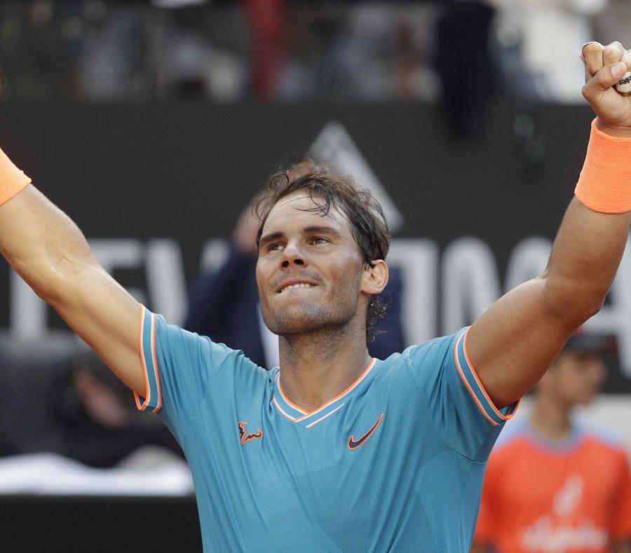 Rafael Nadal festeja su victoria sobre el serbio Novak Djokovic en la final del Abierto de Italia, en Roma. (AP/Gregorio Borgia) (semisquare-x3)