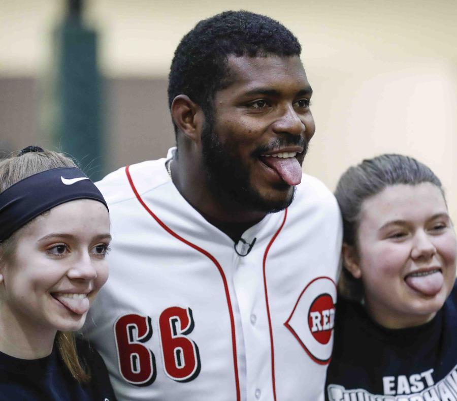 Yasiel Puig de los Rojos de Cincinnati posa para fotos con dos deportistas. (semisquare-x3)