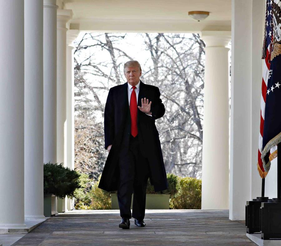 El presidente Donald Trump camina por la Casa Blanca de anunciar la reapertura del gobierno el viernes 25 de enero de 2019, en Washington. (AP) (semisquare-x3)