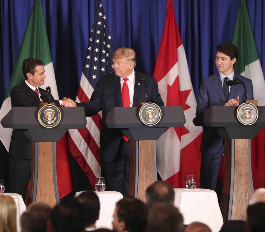 El presidente mexicano, Enrique Peña Nieto, le estrecha la mano a Donald Trump, mientras el líder de Canadá,  Justin Trudeau, observa. (AP) (semisquare-x3)