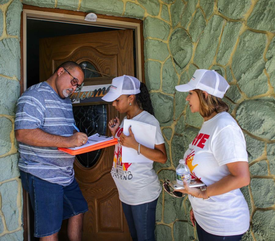 Personal de Hispanic Federation hace un recorrido por el área de Kissimmee, Florida, para continuar sus esfuerzos de inscribir votantes. (GFR Media) (semisquare-x3)