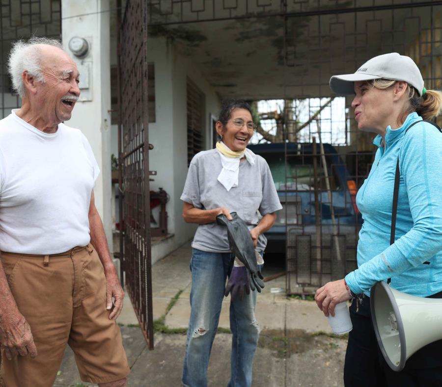 La alcaldesa de San Juan, Carmen Yulín Cruz, visita a una familia tras el paso del huracán María. (GFR Media) (semisquare-x3)