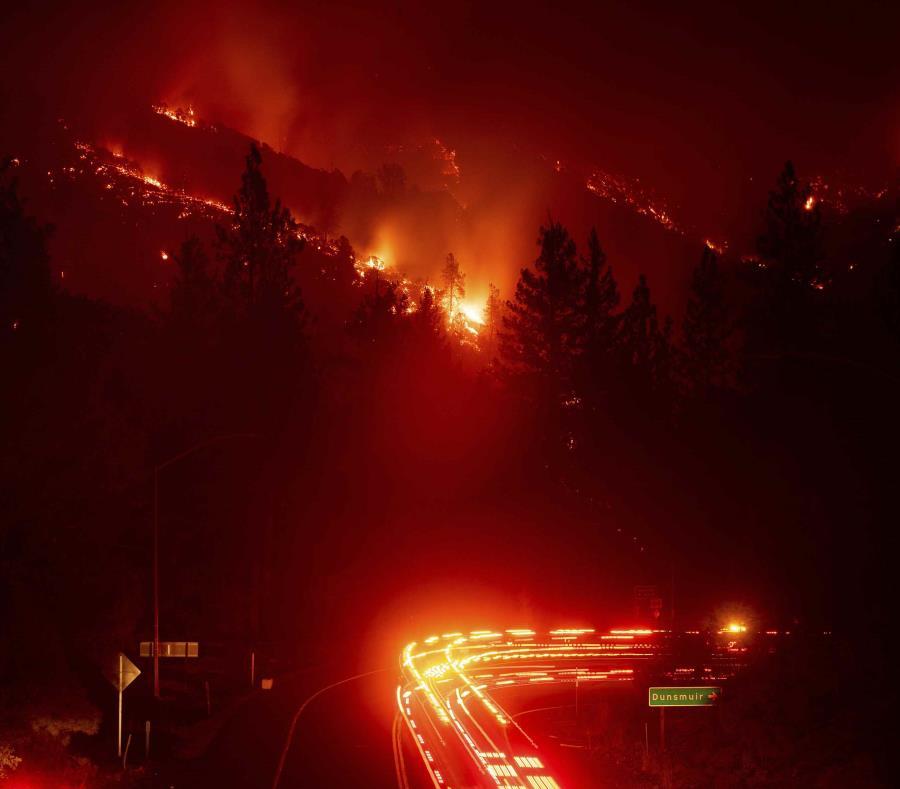 Camiones de bomberos pasan por el incendio Delta que arde en el Bosque Nacional Shasta-Trinity, en California, el miércoles 5 de septiembre del 2018. (AP) (semisquare-x3)