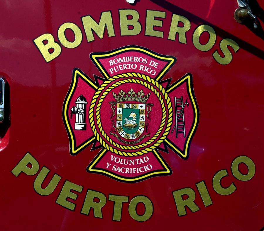 Personal del Cuerpo de Bomberos de Arecibo y Barceloneta extinguieron el fuego. (semisquare-x3)