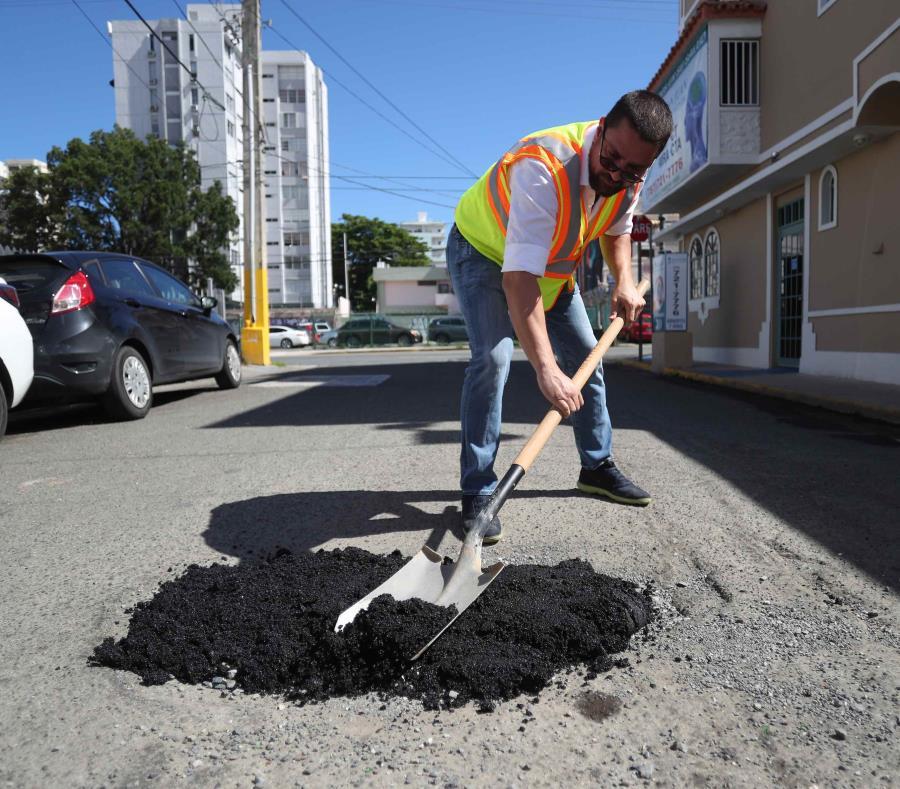 La ferretería La Tornillería demostró como el público puede utilizar asfalto frío listo para usar para tapar los miles de hoyos en las carreteras del país. (semisquare-x3)