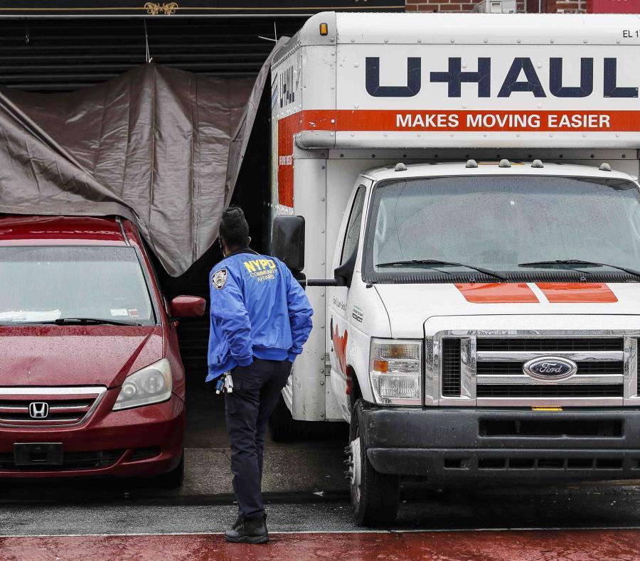 Dominicanos percibían mal olor desde camiones con cadáveres frente funeraria en Brooklyn