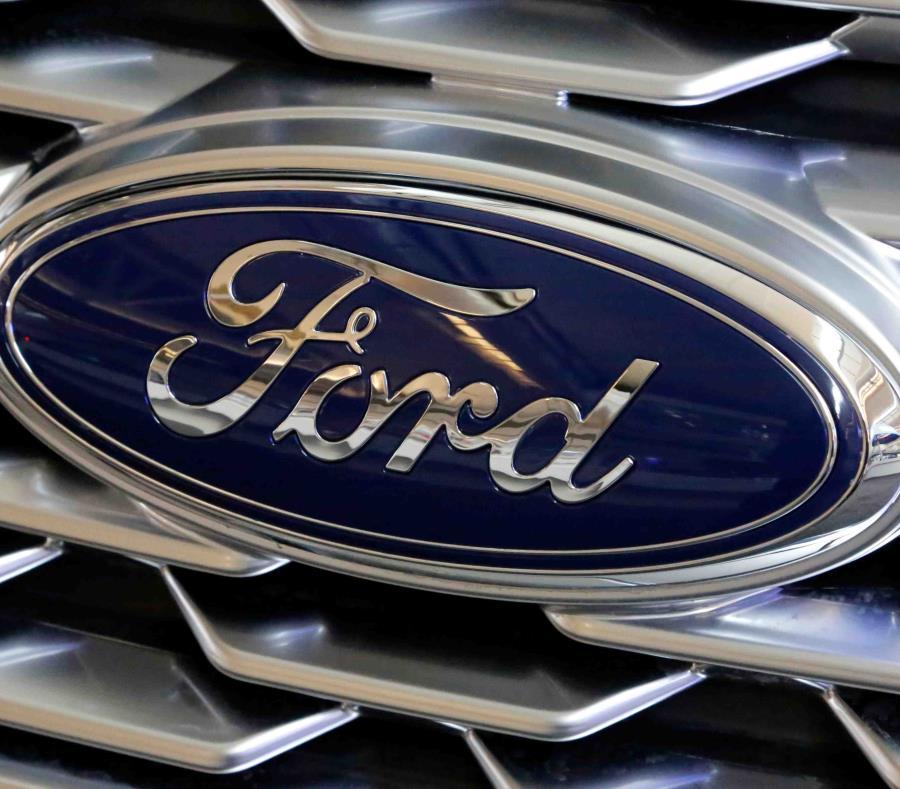 Muestra el logotipo de Ford en la parrilla de un vehículo en exhibición en el Pittsburgh Auto Show. (semisquare-x3)