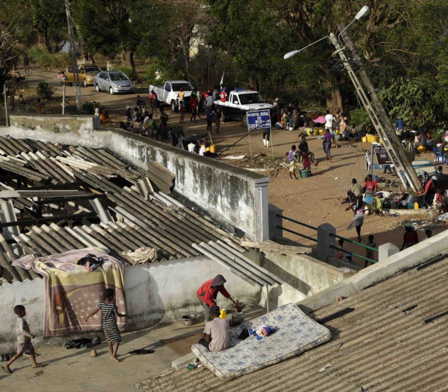 Familias desplazadas colocan colchones en el techo de un edificio en el distrito de Buzi, a 120 millas a las afueras de Beira, Mozambique (AP/Themba Hadebe) (semisquare-x3)