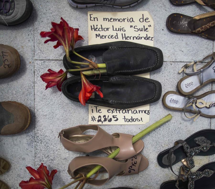 Varios zapatos que fueron colocados en el Capitolio en representación de las muertes por el huracán María. (GFR Media) (semisquare-x3)