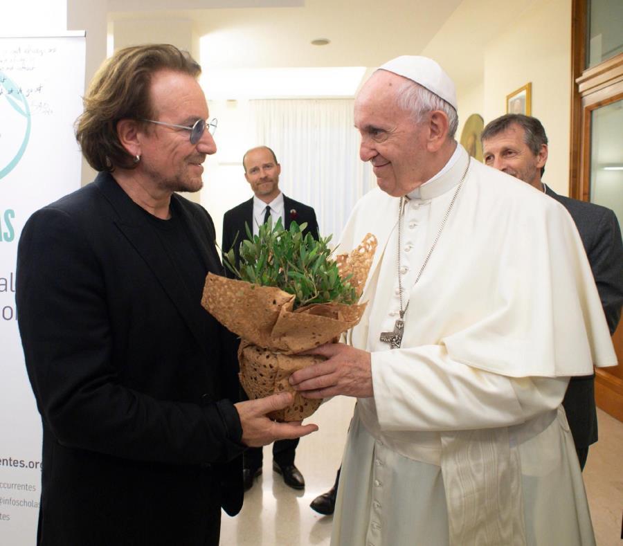 El papa Francisco  recibe al cantante de U2, Bono  en el Vaticano (semisquare-x3)